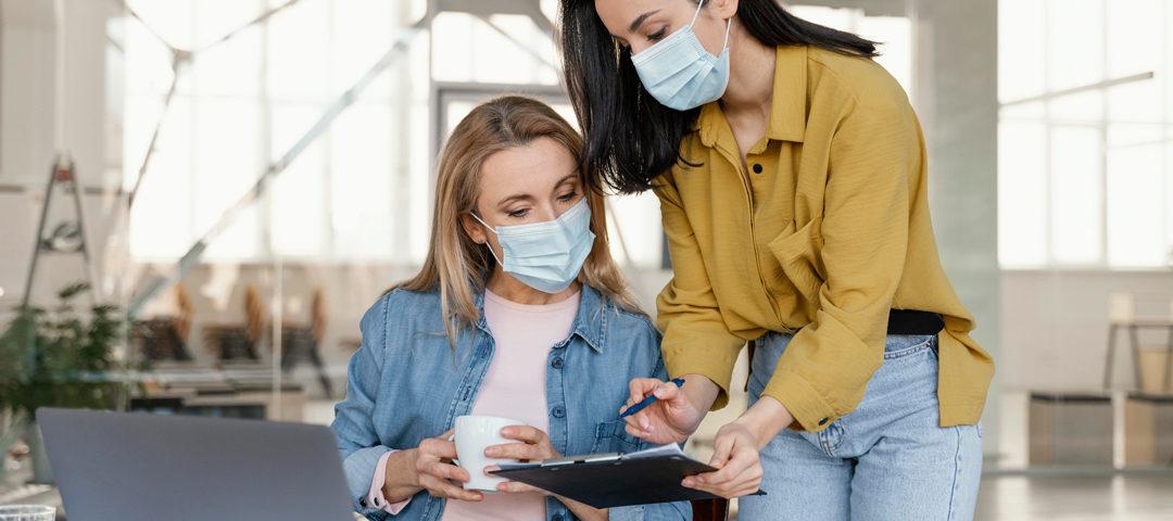 Mujeres oficinistas compartiendo su trabajo